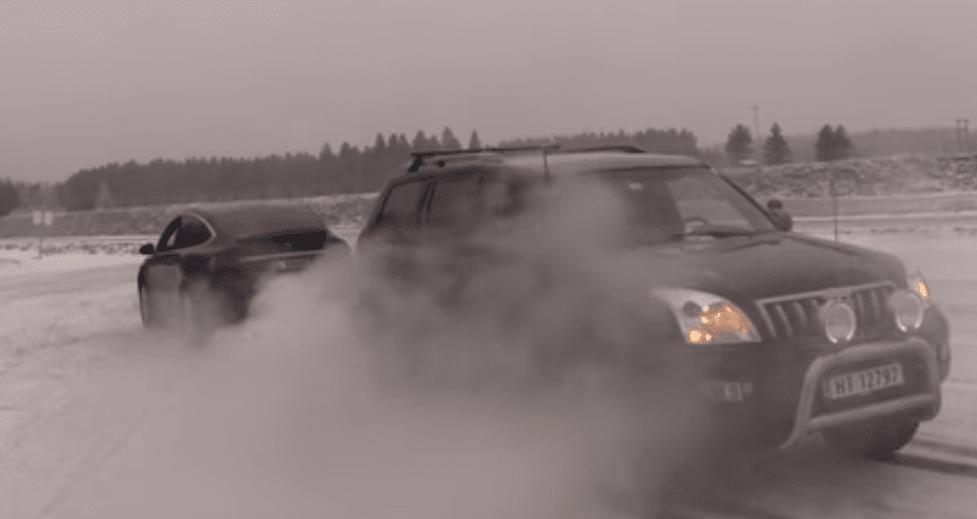 Tesla Model X и Toyota Land Cruiser поборолись в перетягивании каната