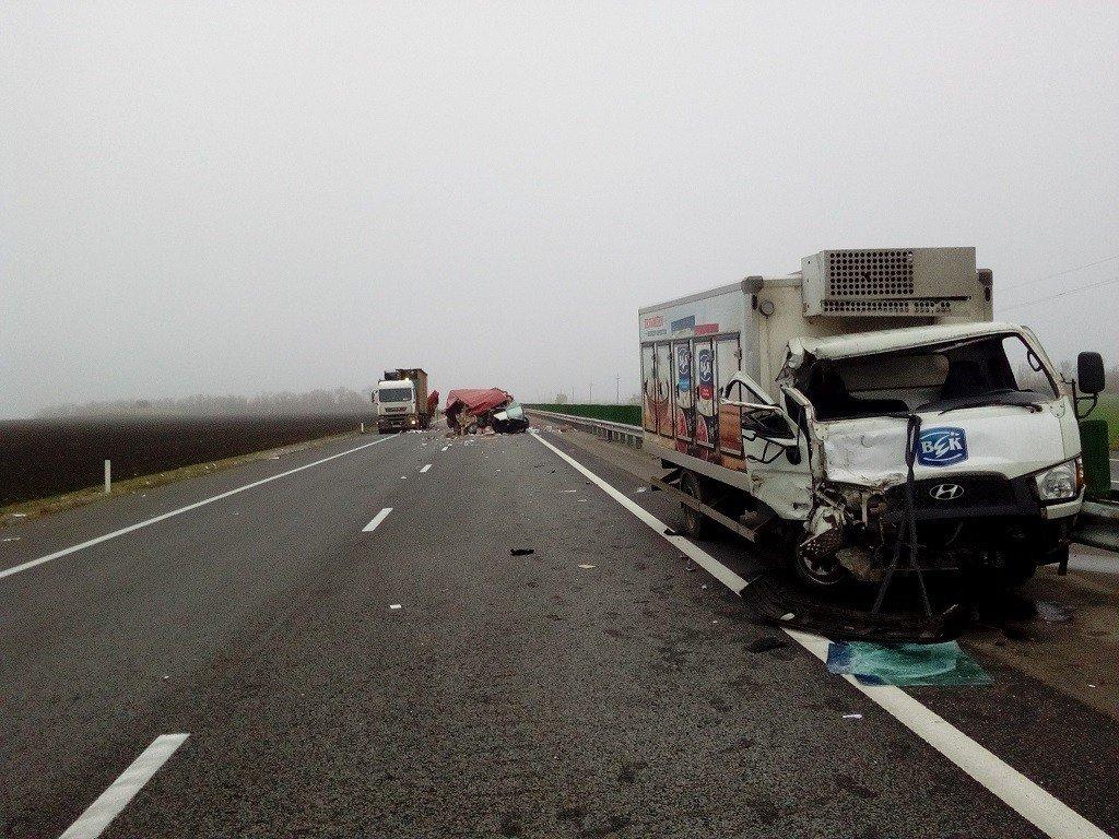 НаКубани врезались друг вдруга три грузового автомобиля — Крупное ДТП