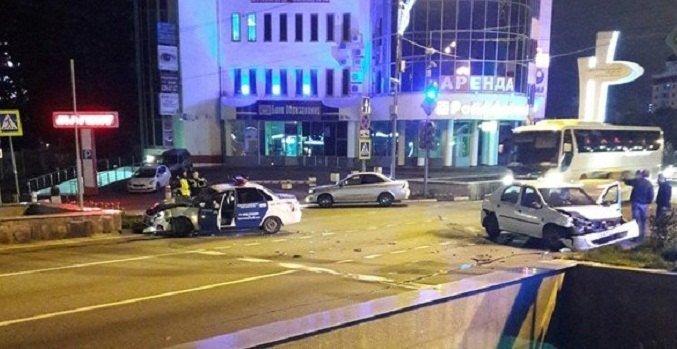 ВСочи полицейская машина протаранила такси, преследуя нарушителя