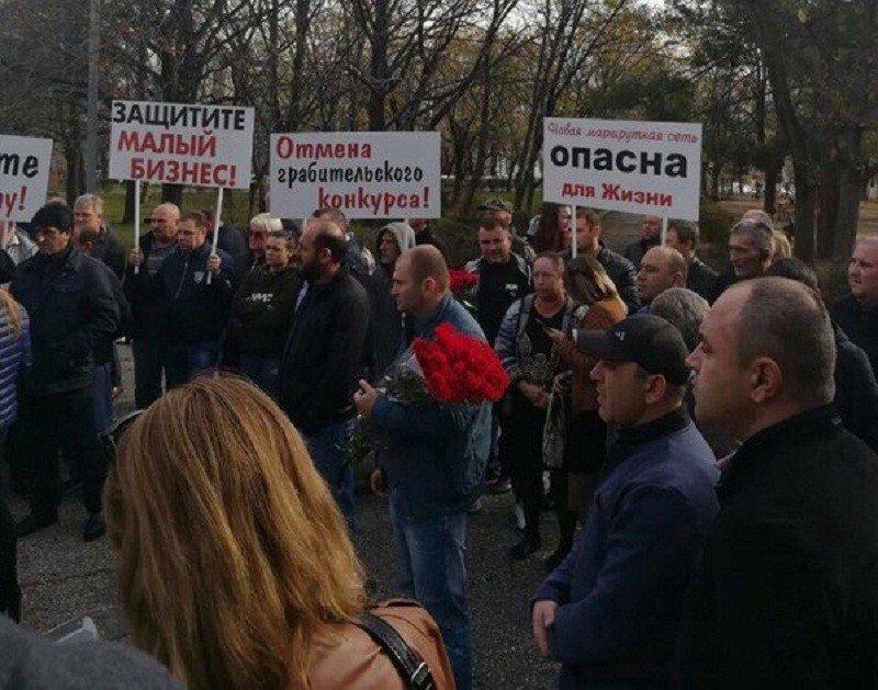 ВНовороссийске водители маршруток вышли намитинг