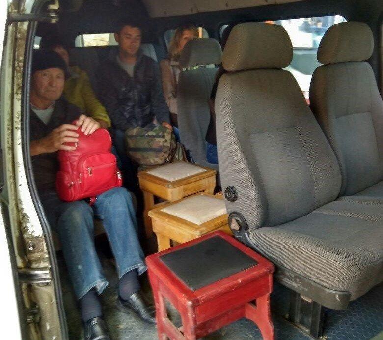 Всалоне апшеронской маршрутки людей перевозили натабуретках