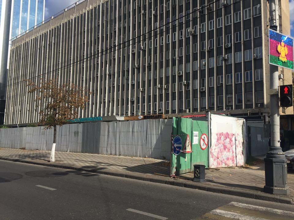 ВКраснодаре временно перекрыли тротуар угостиничного комплекса наулице Красной