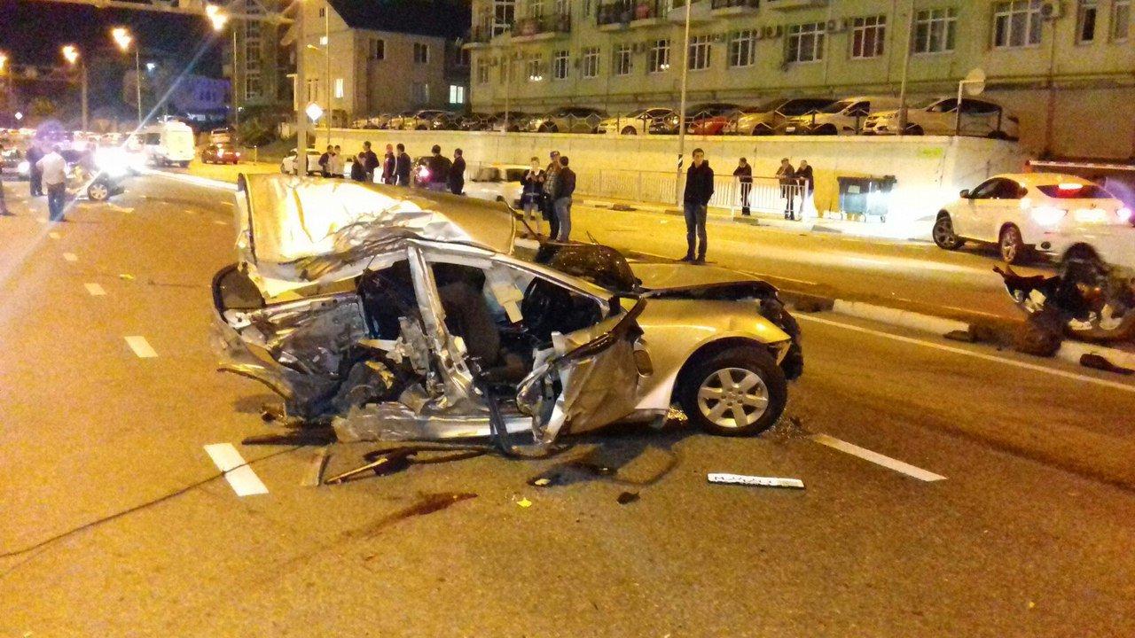 Врайоне сочинского аэропорта вДТП надве части разорвало иномарку