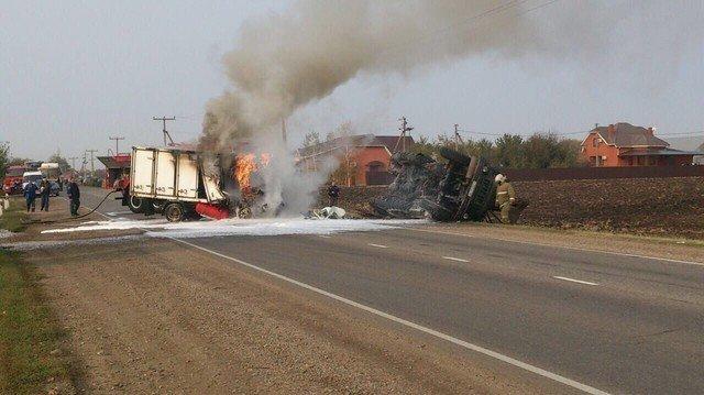 Под Краснодаром при столкновении с грузовым автомобилем загорелась «Газель»