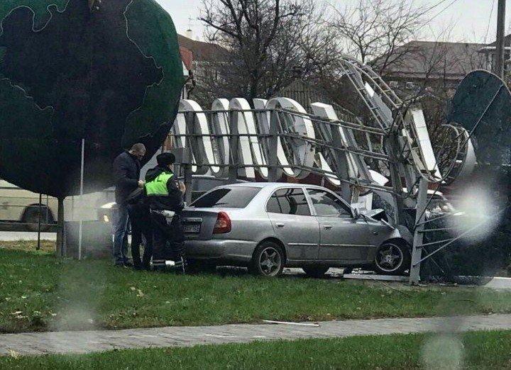 Выпивший шофёр наугнанном авто снес вывеску «Анапа» навъезде вгород