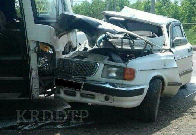 НаКубани столкнулся автобус спассажирами илегковушка, есть погибший