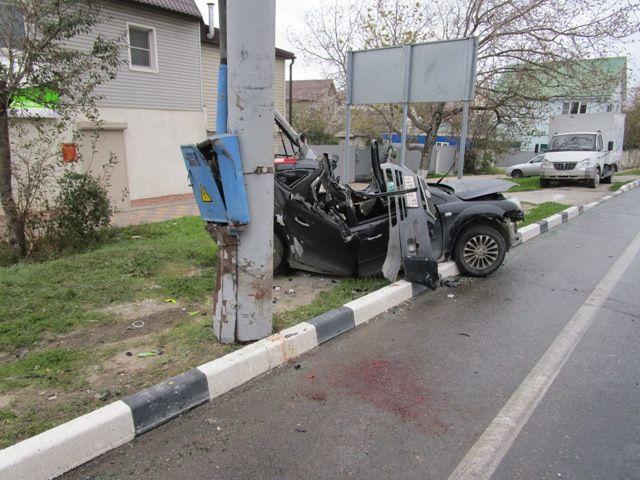ДТП вНовороссийске: Автомобиль Ford врезался встолб, шофёр умер