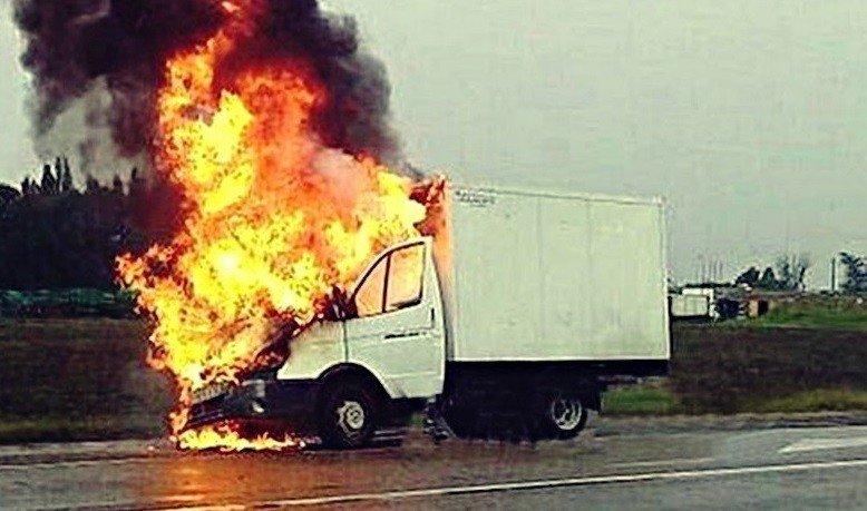 После ДТП натрассе вУсть-Лабинске вспыхнула исгорела «ГАЗель