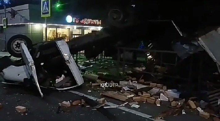 ВСочи после столкновения перевернулись микроавтобус и фургон