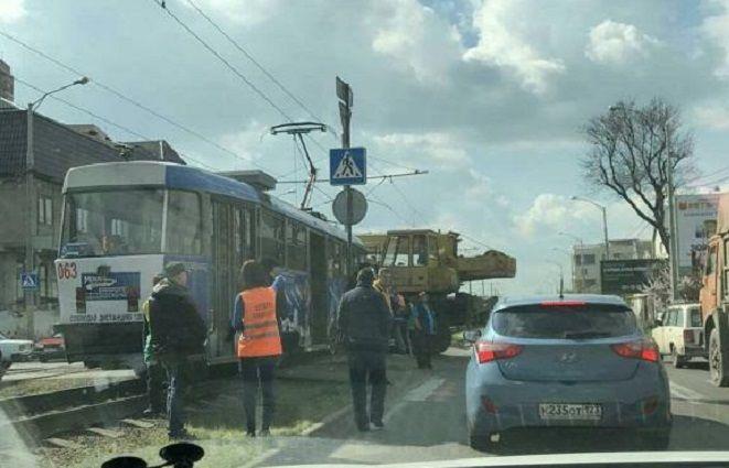 ВКраснодаре при столкновении трамвая савтокраном пострадали женщина иребенок
