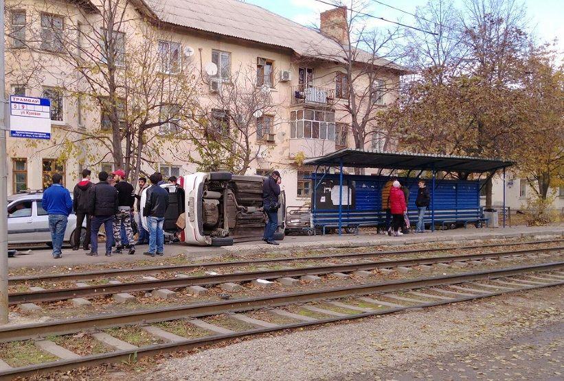ВКраснодаре иностранная машина врезалась втрамвайную остановку