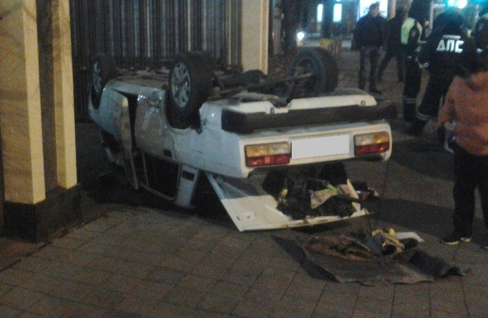Пьяная семерка, уходившая отполицейской погони, перевернулась вцентре Краснодара