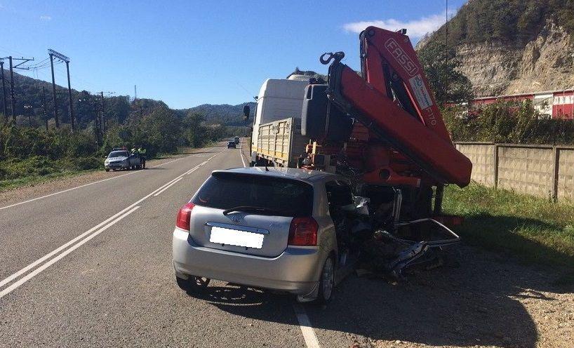 Иностранная машина наогромной скорости протаранила грузовой автомобиль, убив своего водителя