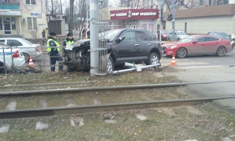ВКраснодаре нетрезвый работник автомобильного салона угнал товарный автомобиль ипопал вДТП