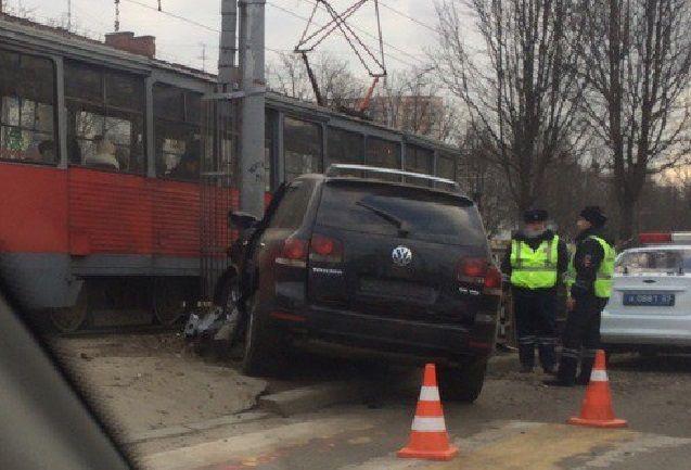 ВКраснодаре работник автомобильного салона угнал вседорожный автомобиль ипопал вДТП