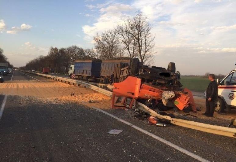 Вжутком ДТП под Армавиром умер шофёр фургона