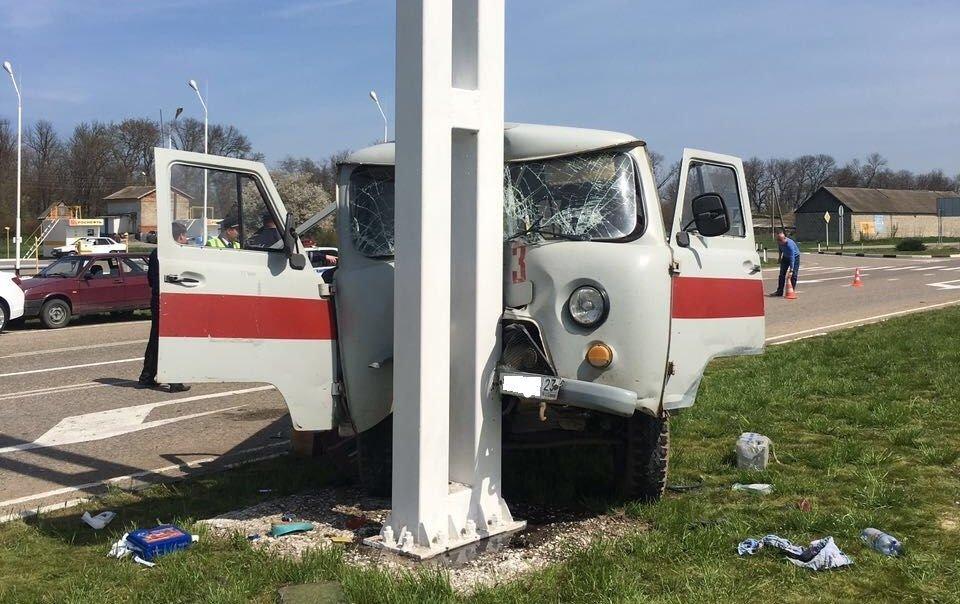 Вмашину «Скорой помощи» влетел грузовой автомобиль