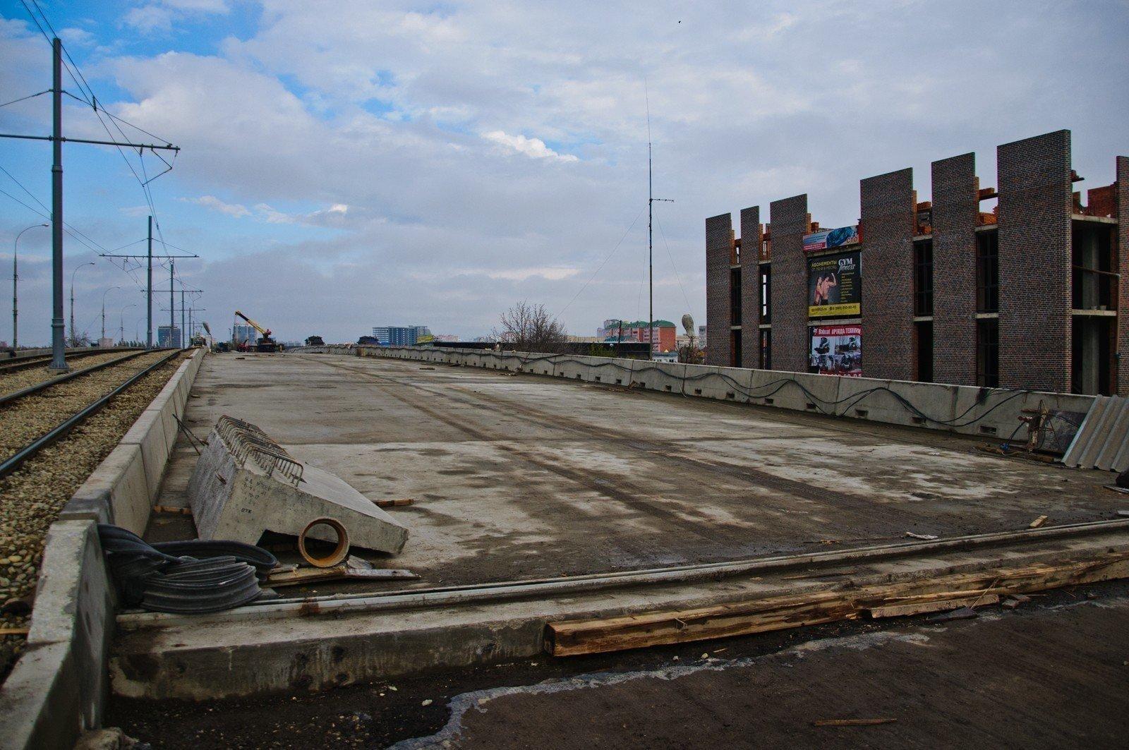 Закончилась укладка нижнего слоя асфальта направой части Садового моста вКраснодаре