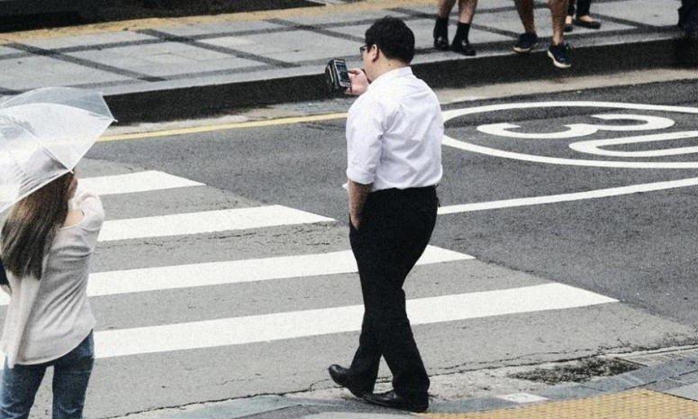 Пешеход несмотри невтелефон!
