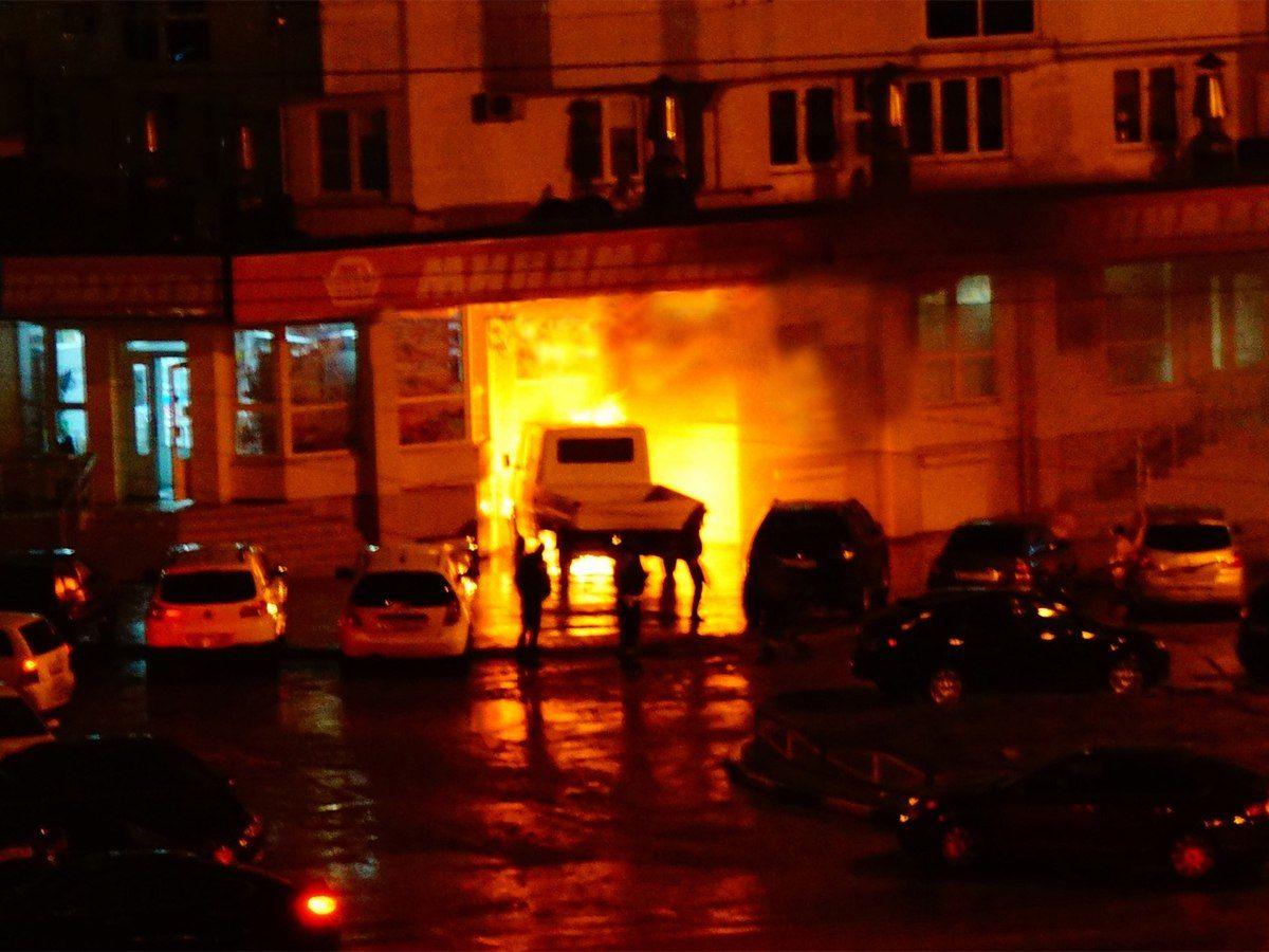 ВНовороссийске ночью пылавший грузовой автомобиль въехал впродмаг вжилом доме