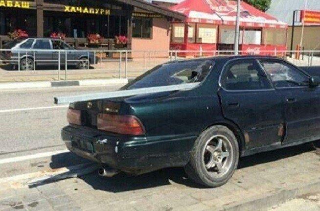 Фото: в Сочи иномарку Toyota насквозь проткнуло металлическим ограждением