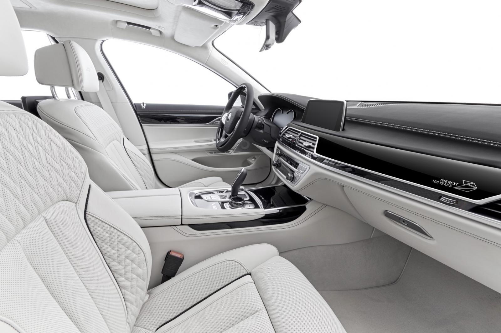 Вкомплектацию юбилейной BMW 7-Series включили ручку избелого золота
