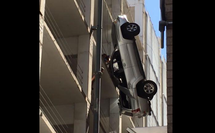 Шофёр перепутал педали— автомобиль завис настене паркинга!