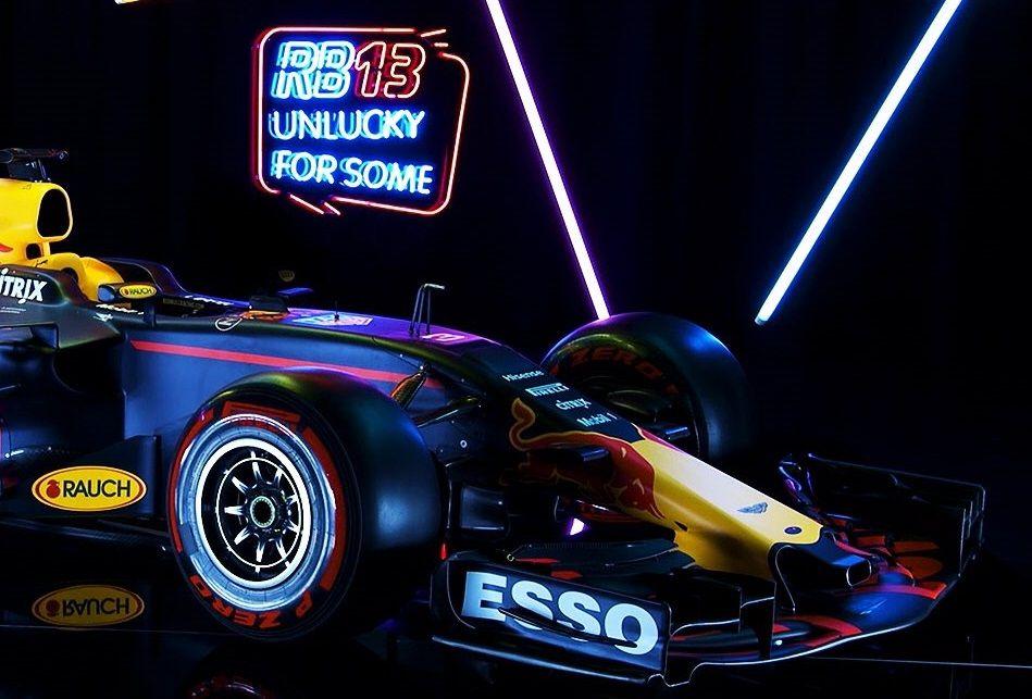Доставка новейшей машины Red Bull вБарселону прошла вусловиях секретности