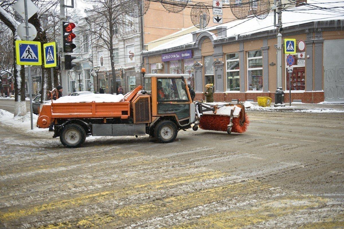 Борьба споследствиями снегопада вКраснодаре: дороги обрабатывают реагентами