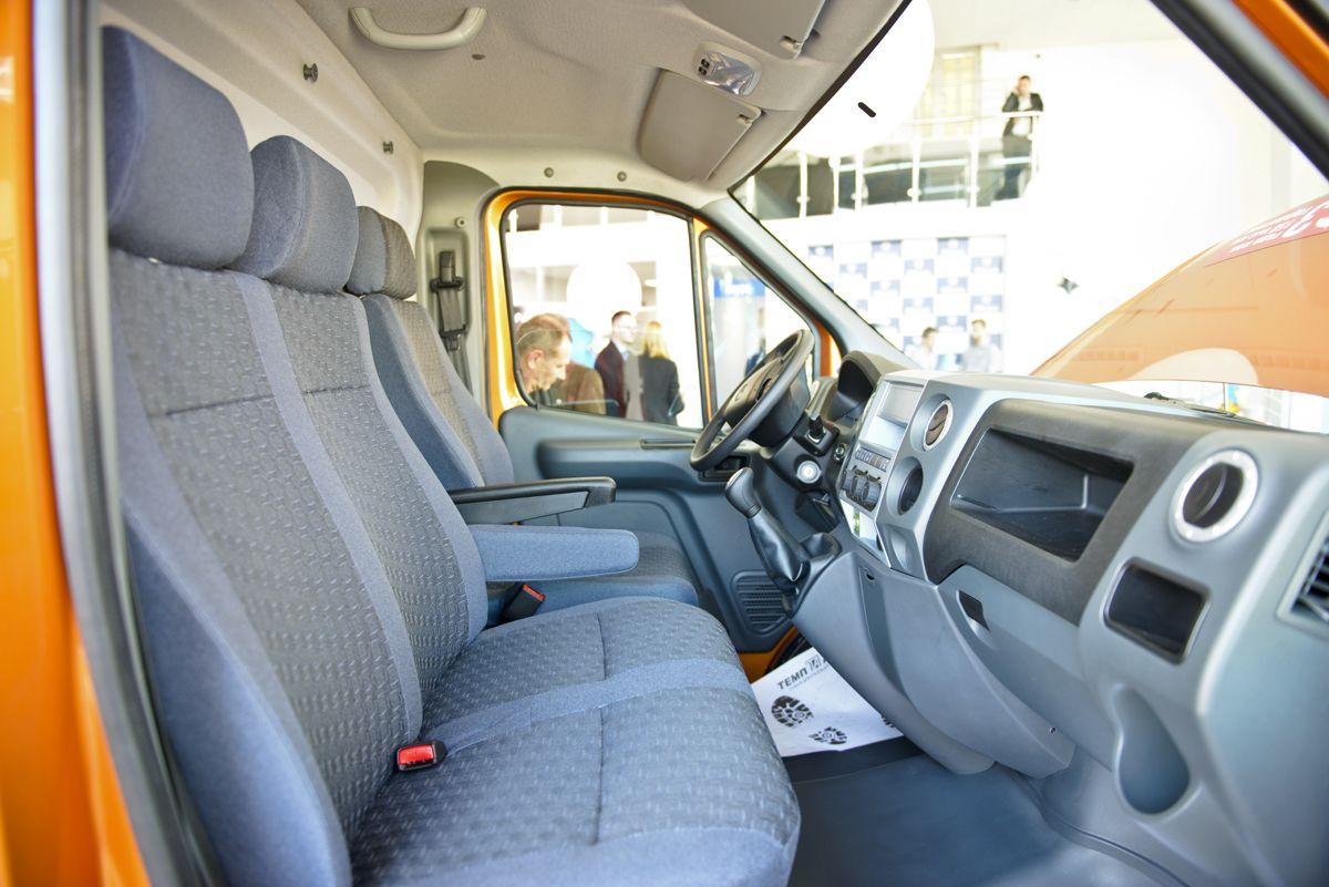 Грузопассажирская версия: оснащается вторым рядом сидений, рассчитанных на четверых. Таким образом, можно перевозить семь человек, включая водителя, и плюс груз, который располагается во внушительном объеме 9,5 «кубов». Стоит такая машина от 1,182 млн. рублей.