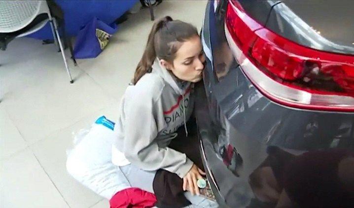 За50-часовой поцелуй машине американке дали новый Кия Optima