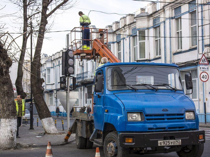 ВКрымском районе работники ГИБДД «крышевали» установку светофоров