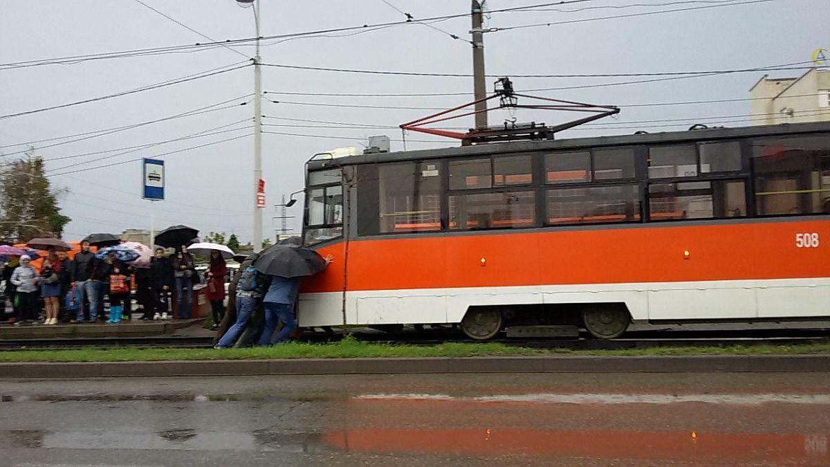 ВКраснодаре пассажиры толкали сломавшийся трамвай